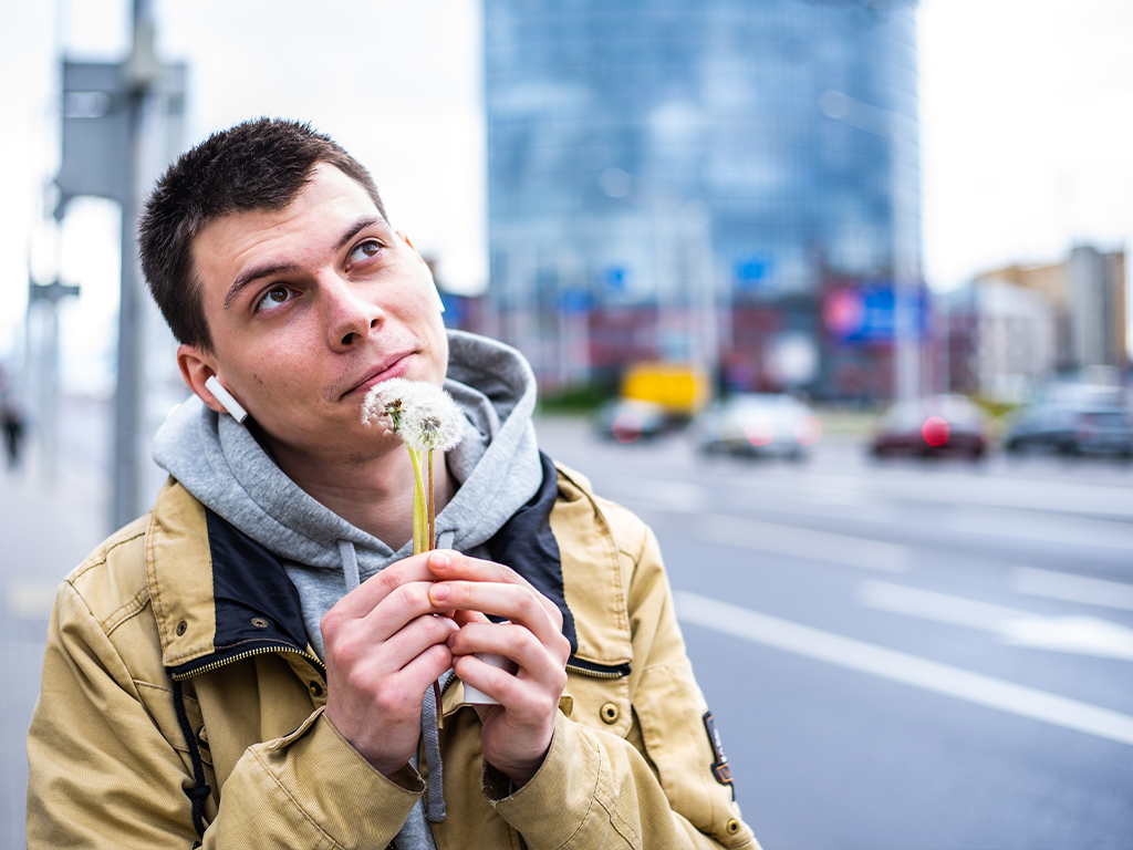 Нушники Xiaomi Mi AirDots Pro 2 в работе в ушах у молодого человека