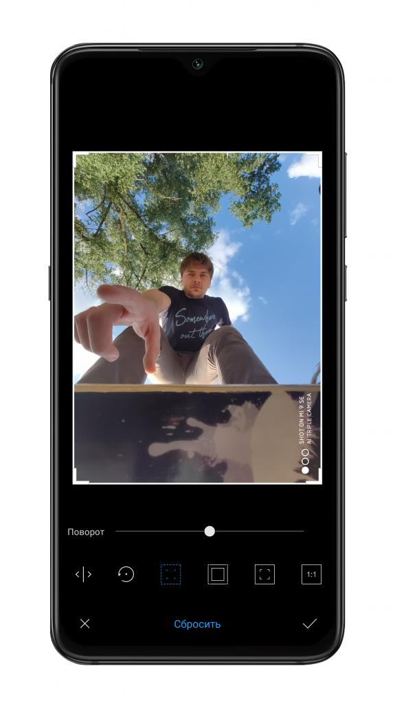После снимка телефон переворачивает фото промышленном строительстве
